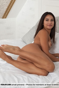 Elsa D Posing Naked In Bed